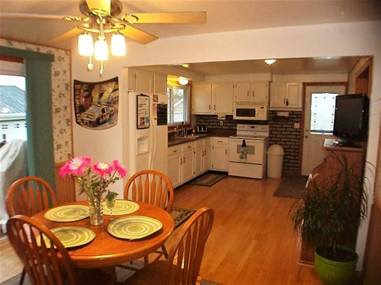 Dinette and kitchen (photo 5)