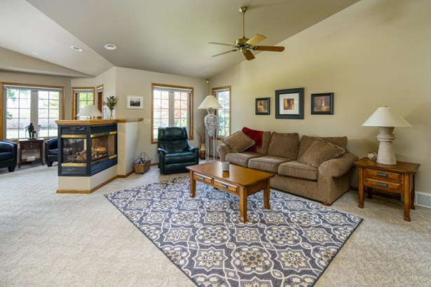 Great Room w/ Vaulted Ceiling (photo 4)