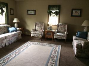 Living room - spacious (photo 2)