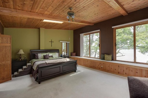 Gigantic Master Bedroom Suite (photo 4)
