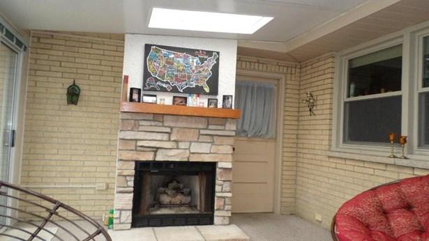 Gas Fireplace in 3-season room (photo 5)