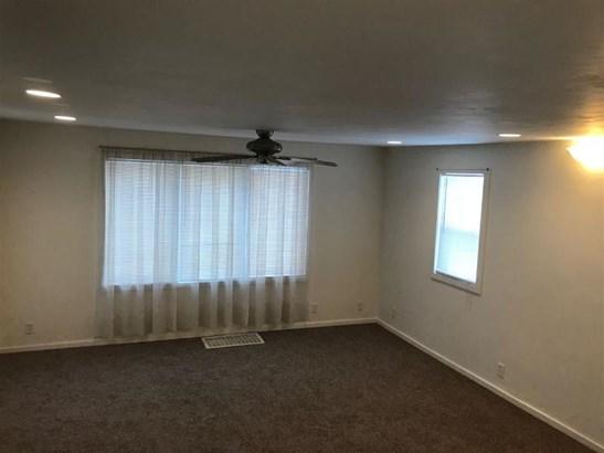 Large living area (photo 3)