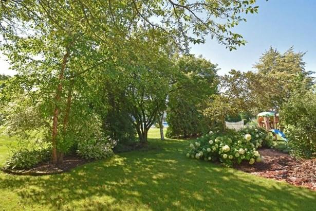 Beautifully landscaped yard (photo 5)