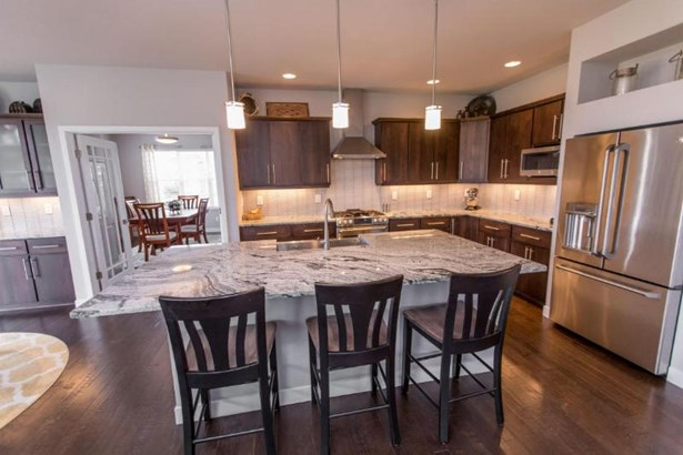 Beautiful Kitchen w/Granite Counters (photo 2)