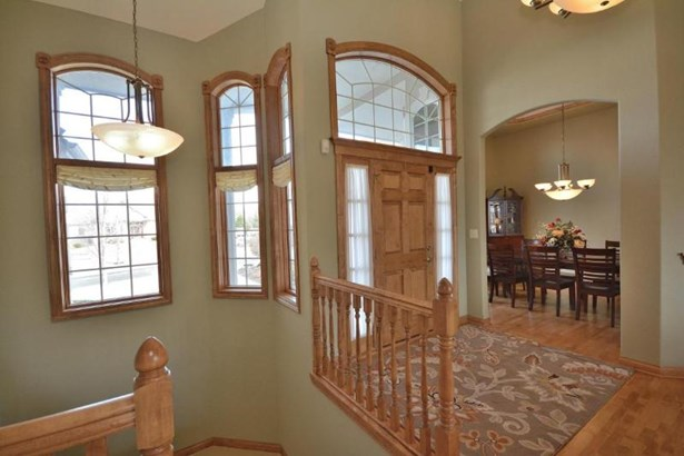 Gracious Foyer, Maple HWF (photo 2)