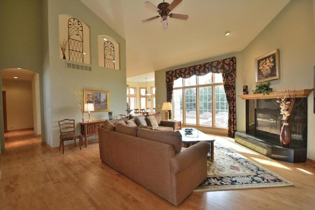 Living Room w west exposure! (photo 3)