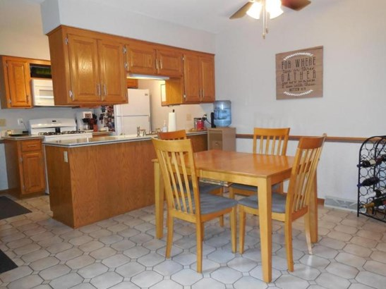 Huge Eat-in Kitchen Space (photo 4)