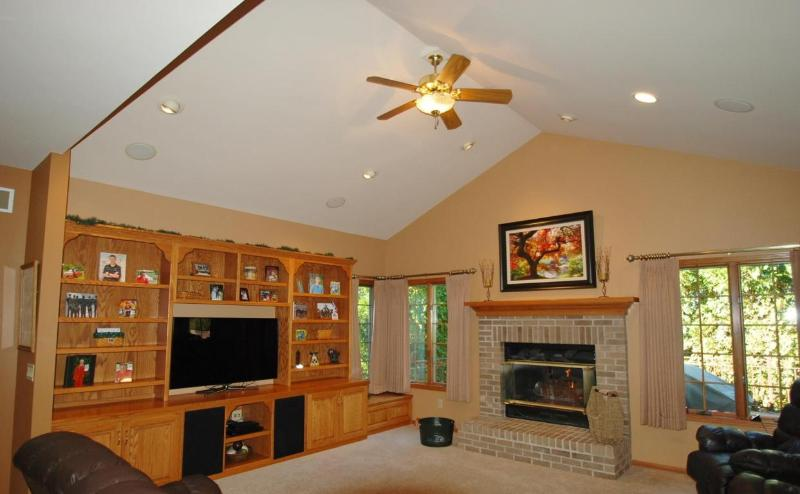 Large living room, vaulted ceilings (photo 2)