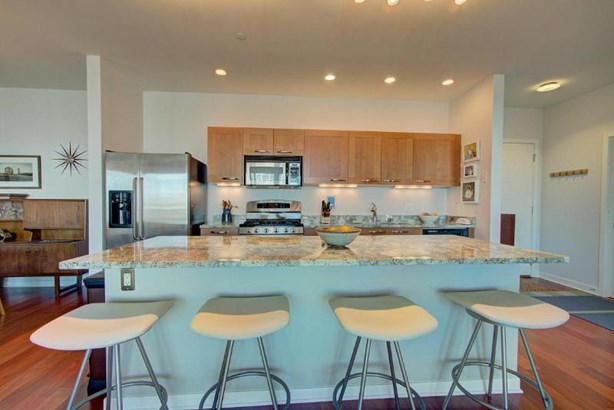 Kitchen with Breakfast Bar (photo 4)