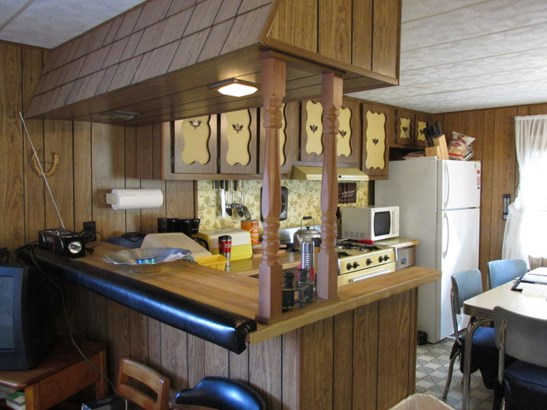 Kitchen with breakfast counter (photo 2)