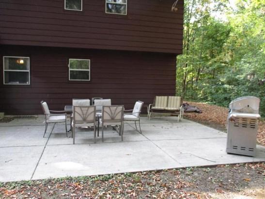 Large concrete patio (photo 4)