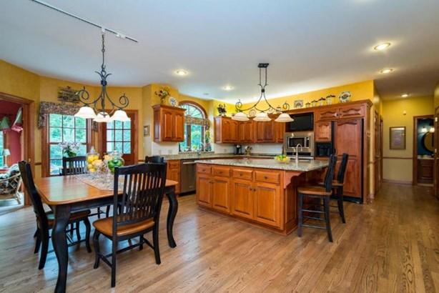 Eat-In Kitchen (photo 4)
