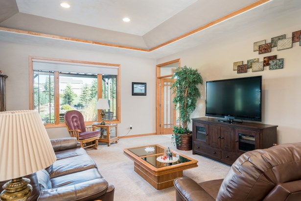 Great Room w/ Tray Ceiling Accent (photo 4)