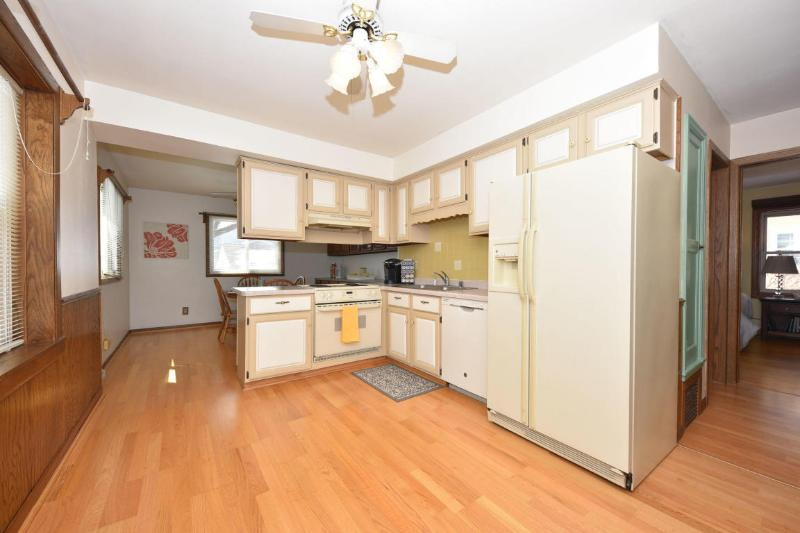Spacious kitchen and dining (photo 4)