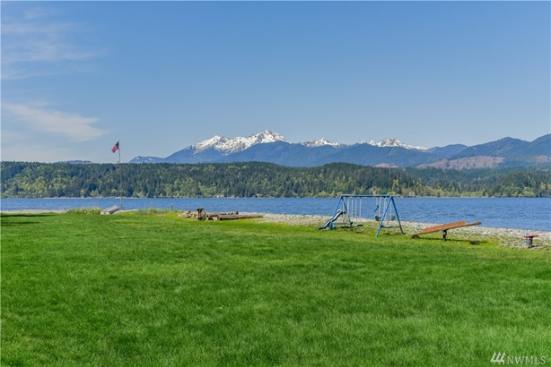 Majestic (Commanding) 180* views over the crystal blue waters of Hood Canal with full panoramic (unsurpassed) views of the snow capped Olympic Mountain Range plus overwhelming sunsets!