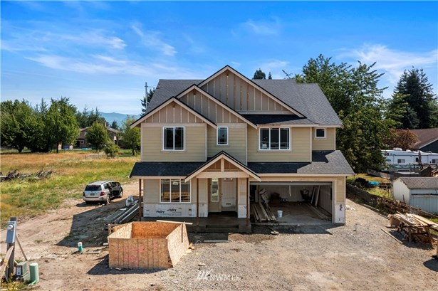 Move in Ready! Home features 4bed/ 2.5 bath/ Den. PLUS! 672 sq ft detached garage w/heat & power.