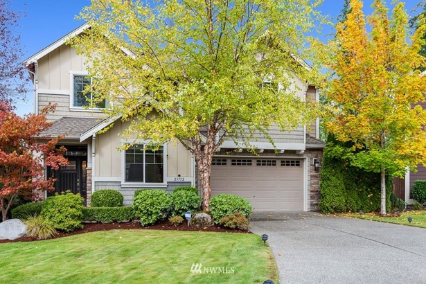Stunning Murray Franklyn resale located in a quiet cul-de-sac on a 7,300sf. lot with lush grounds.