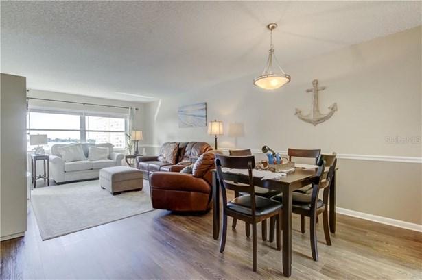 Condominium - ST PETERSBURG, FL