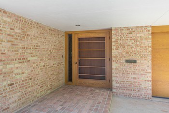 Walk of bricks leads guests to the inviting entrance. (photo 4)