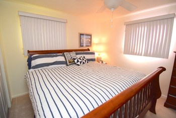 Master bedroom with room for your king size bed (photo 5)