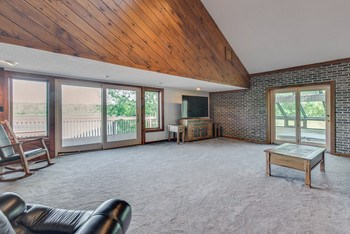 A nice and open great room is perfect for family at the lake. (photo 5)