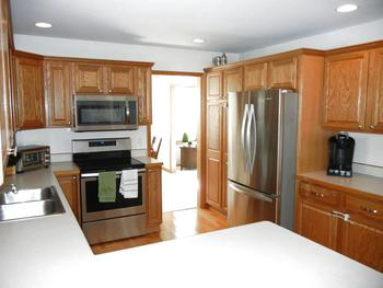 Large eat-in kitchen with hardwood floors and stainless steel appliances! (photo 4)