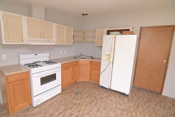 Nicely updated kitchen with plenty of room (photo 2)