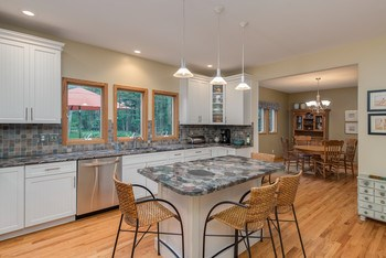 Beautiful kitchen with granite and stainless appliances (photo 2)