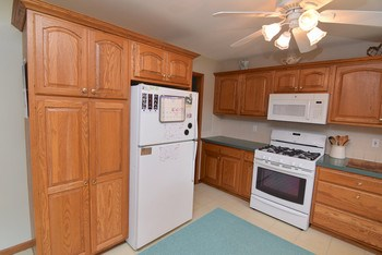 Tons of cupboard space in this kitchen (photo 4)