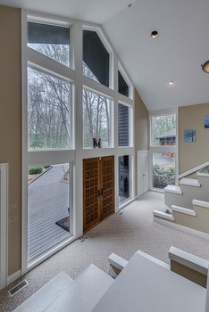 Elegant foyer with beautiful windows. (photo 5)