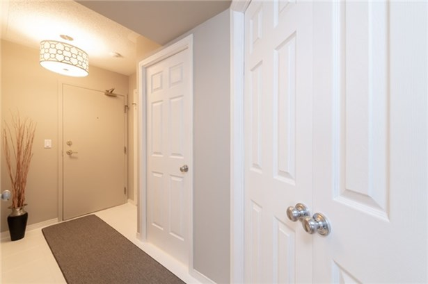 909 Bay St 1206, Toronto, ON - CAN (photo 1)