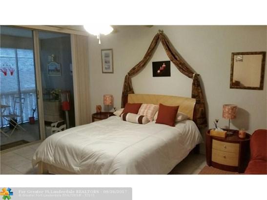 Condo/Co-op/Villa/Townhouse - Lauderhill, FL (photo 3)