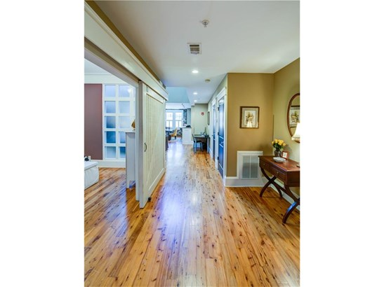 Loft,Mid-Rise (up to 5 stories),Traditional - Built As Condominium (photo 5)