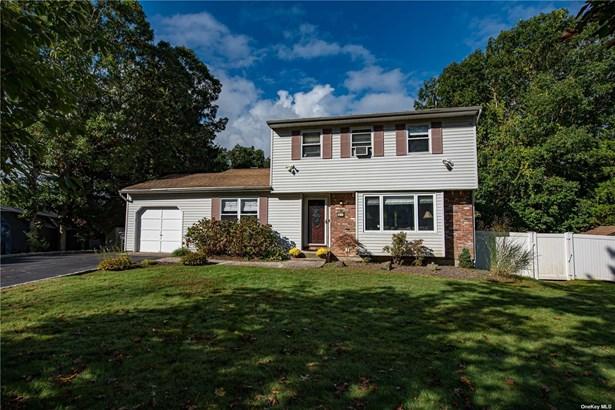 Single Family Residence, Colonial - Ridge, NY