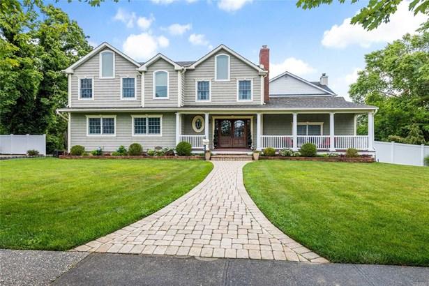 Single Family Residence, Colonial - Bay Shore, NY
