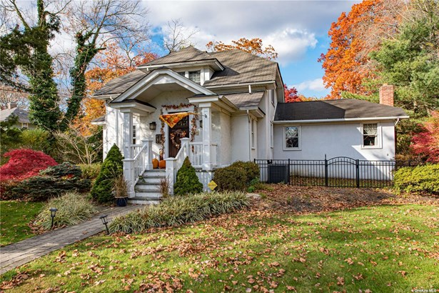 Single Family Residence, Colonial - Brightwaters, NY