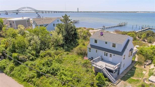 Single Family Residence, Cape - Oak Beach, NY