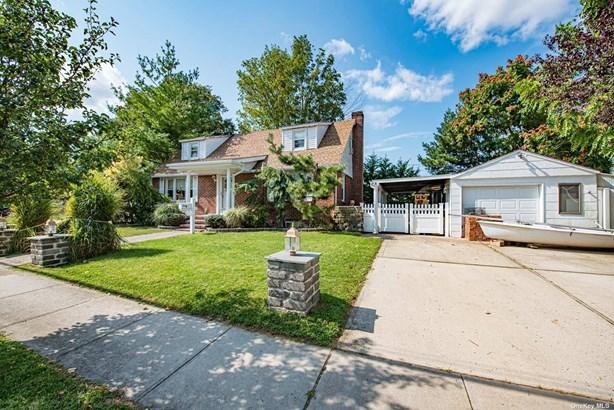 Single Family Residence, Exp Cape - Lindenhurst, NY