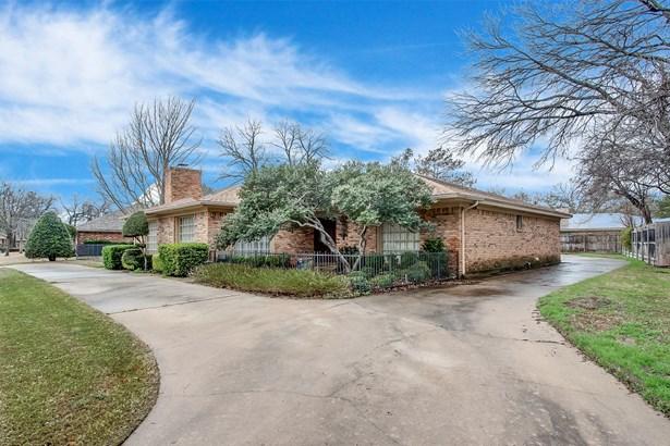 3808 Hollow Creek Road, Benbrook, TX - USA (photo 3)