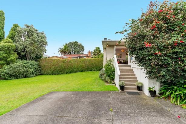 12 Tirimoana Road, Te Atatu South, Auckland - NZL (photo 2)