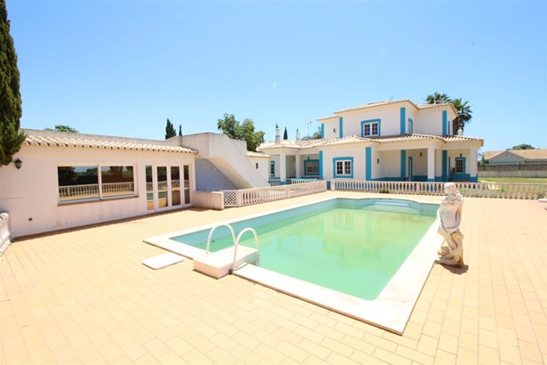 Large detached family villa perfect for holidays or permanent living Foto #1