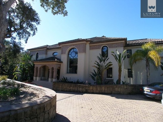 A stunning Villa for sale in Sotogrande with a bright south facing aspect, bordering with the world famous Valderrama Golf course (photo 2)