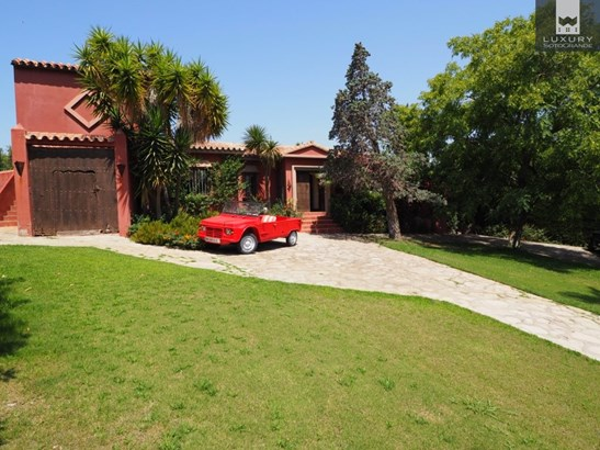 Traditional Andalucian style villa for sale in Sotogrande Costa (photo 1)