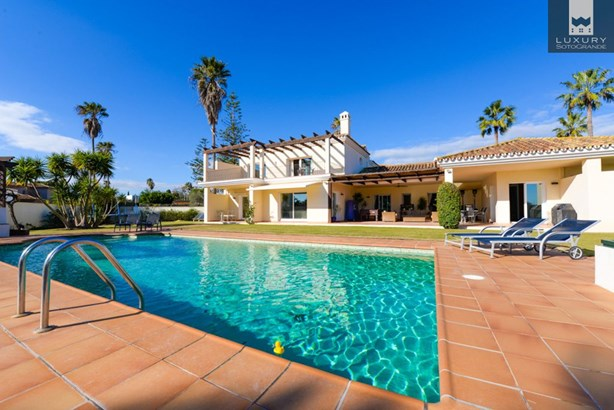 Amazing 6-bedroom villa for sale in Sotogrande Costa (photo 1)