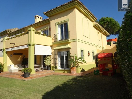 Lovely semi-detached villa for sale in Las Terrazas, Sotogrande Alto (photo 1)