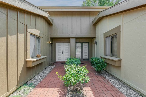 Comm Hsing/Condo/TH/Co-Op, Traditional - Wichita, KS (photo 3)