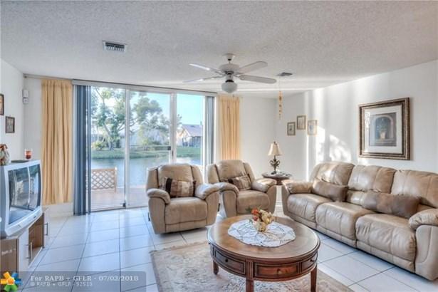 Condo/Co-op/Villa/Townhouse - Tamarac, FL (photo 3)