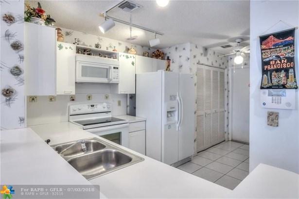 Condo/Co-op/Villa/Townhouse - Tamarac, FL (photo 5)