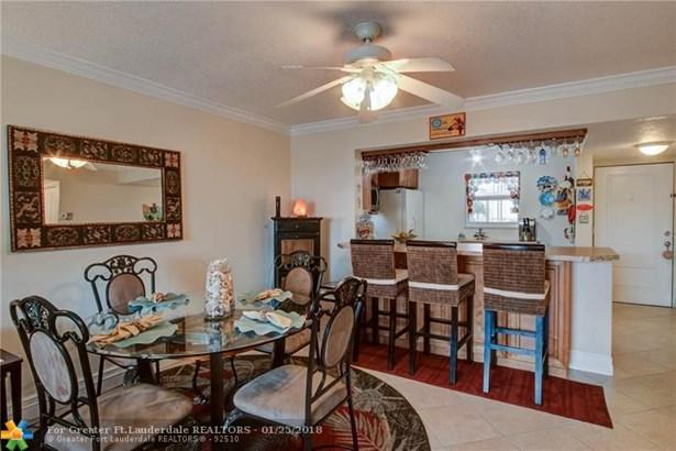 Condo/Co-op/Villa/Townhouse - Lauderdale Lakes, FL (photo 3)