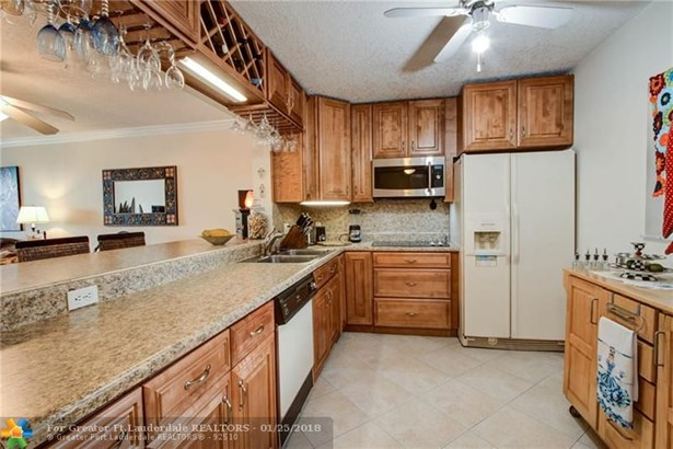 Condo/Co-op/Villa/Townhouse - Lauderdale Lakes, FL (photo 5)